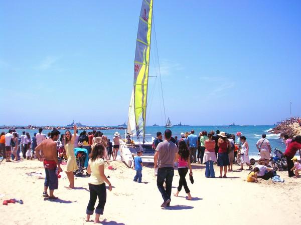 Israelis flock -Tel Aviv-Naval Sail-Yom Ha'atzmaut