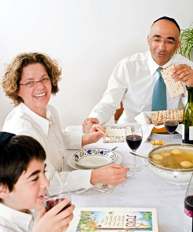 Passover-Seder-Family-Haggadah-matzah