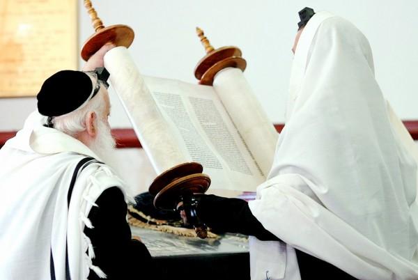 lifting-Torah-Hagbah-tallit-tefillin