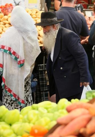 Israeli-Jerusalem-market-elder-fruit