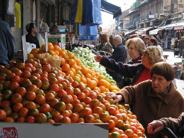 Mahane-Yehuda-market-Jerusalem-shoppers-fruit