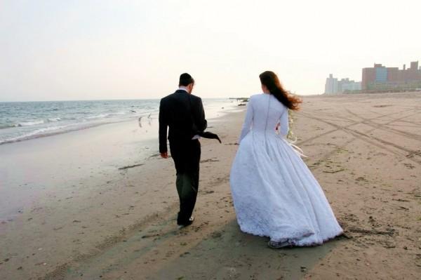 Jewish-bride-and-groom-beach