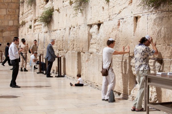 toddler-Jewish-pray-wall-temple