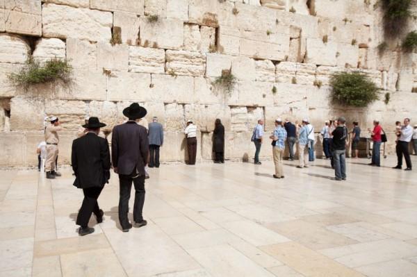Jerusalem-Kotel-Orthodox-men