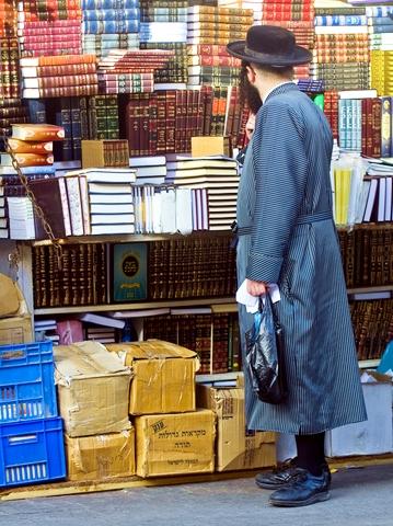 Jerusalem-books-Orthodox-man