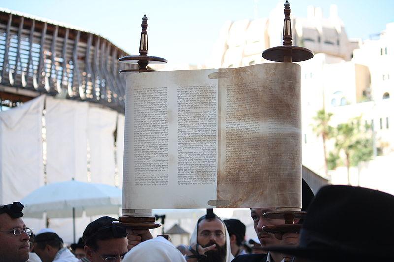 Sefer_Torah_Hagbah