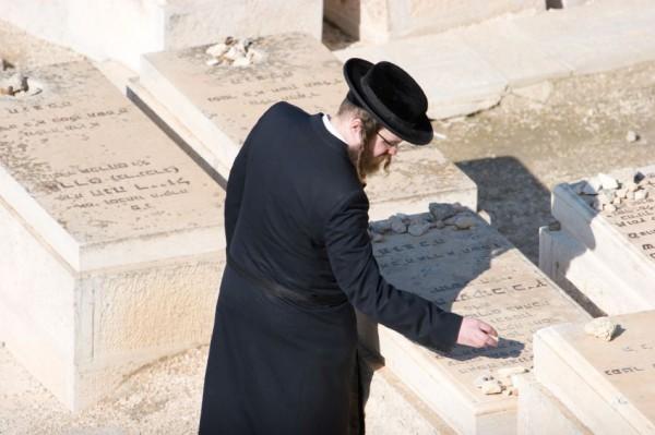 Jerusalem-cemetery-ultra Orthodox man