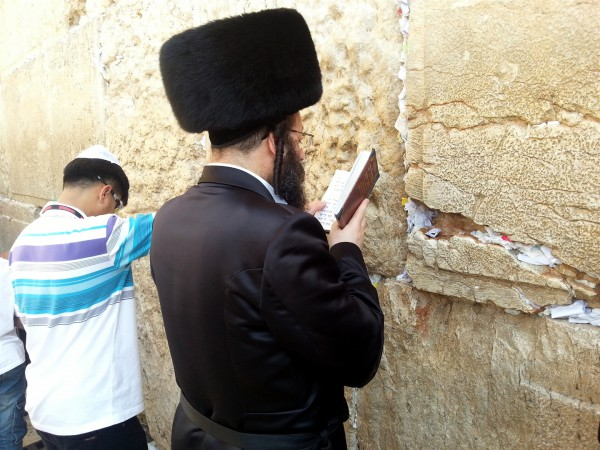 Kotel-prayer-Orthodox-tourist
