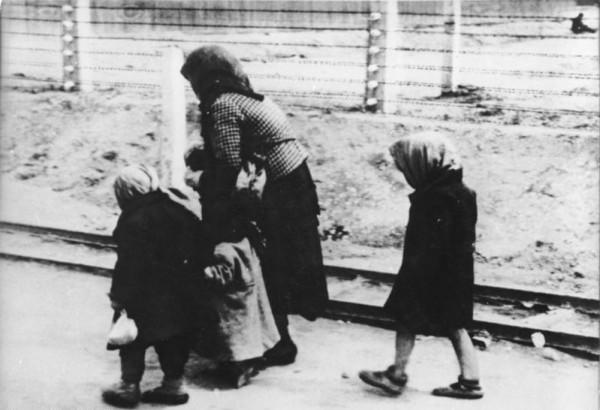 KZ Auschwitz-Birkenau-alte Frau und Kinder