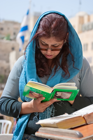 woman-praying-tefilah-western-covered-head
