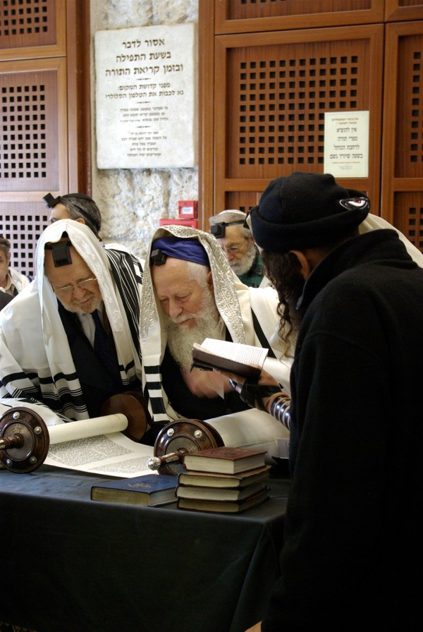 Jerusalem-Western-Wall-reading-Torah-scroll