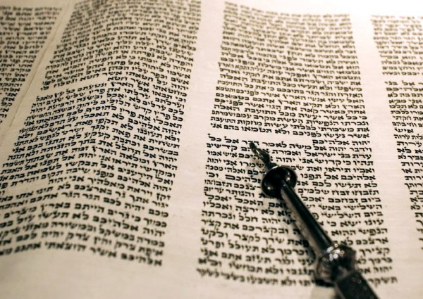 Leviticus_Torah_scroll_yad