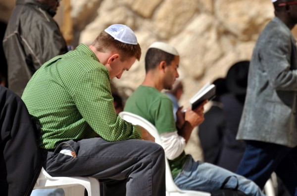 young-men-praying-Kotel