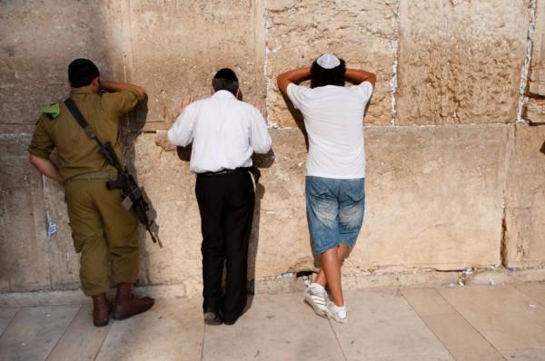 Men-Praying-Western Wall
