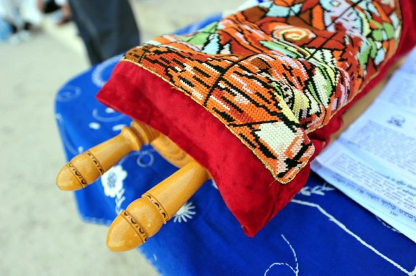 needlepoint-Torah-covering-mantle