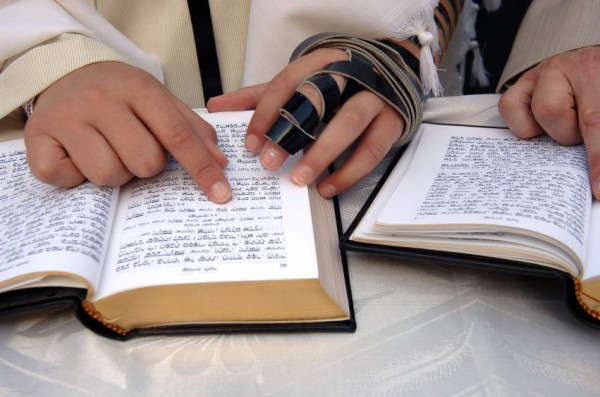 Reading Torah-siddur-tefillin
