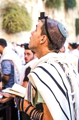 Jewish-Tefillin-Seeking-Kotel
