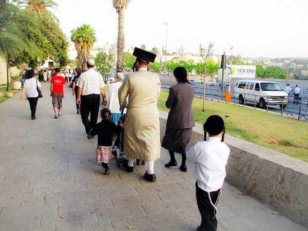 PikiWiki_Israel_28485_Cities_in_Israel_edited-Orthodox-Family-on-Shabbat