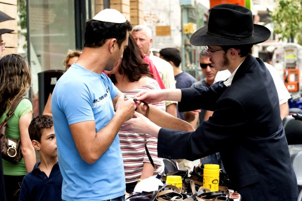 tefillin-morning prayer-Rabbi-passerby