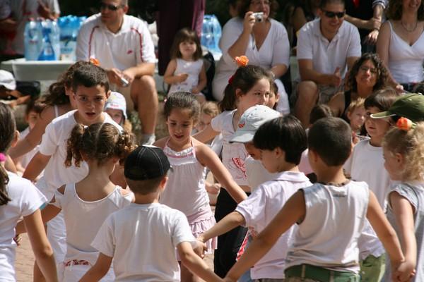 Israeli-children-dancing-community-event