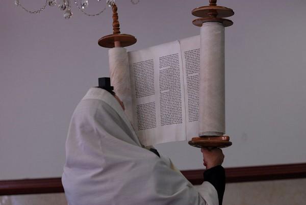 Jewish-man-lifting-Sefer-Torah