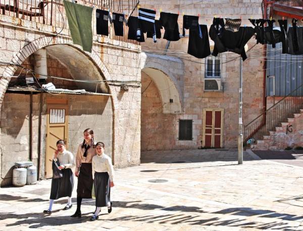 Mea-Shearim-Jerusalem-young-girls