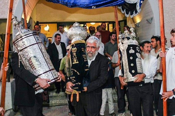 Orthodox men-Torah scrolls