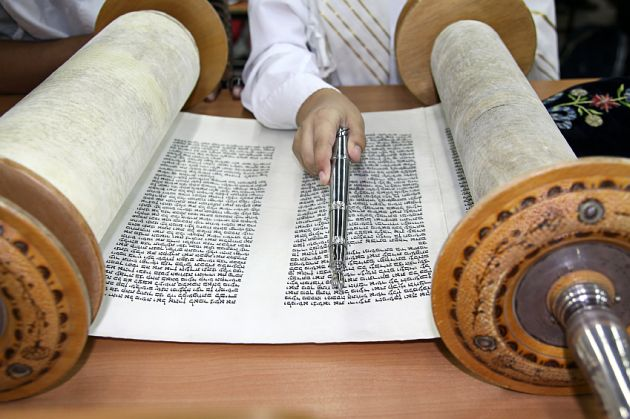 Sefer-Torah-scroll-parchment-yad