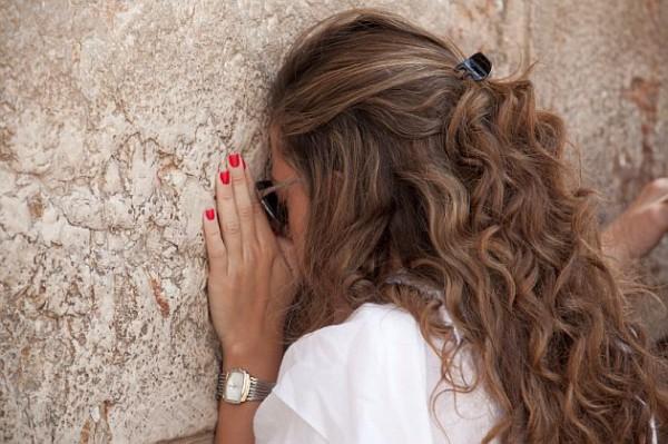 Jewish-woman-prays-Kotel-Wailing wall