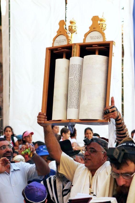 Torah-scroll-hagbah-Western-Wall-Wailing
