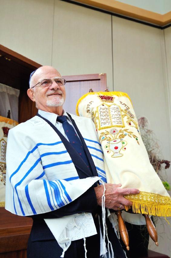 Torah-Scroll-Ark-Rabbi