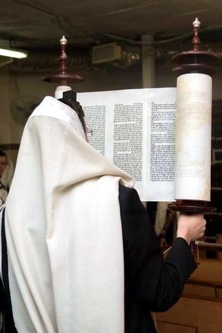 Hagbah-Torah-Scroll