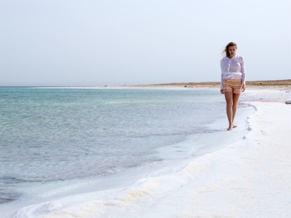 A tourist walks along the beach of the Dead Sea.  (Photo: Go Israel / Itamar Grinberg)