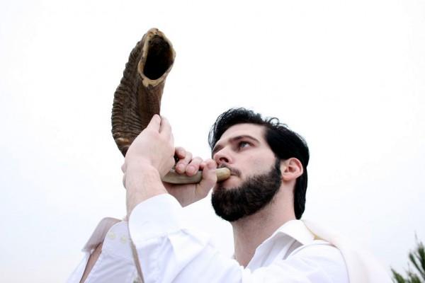 shofar-blower-Yom Kippur