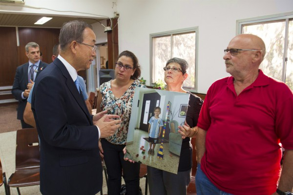 Secretary-General Ban Ki-moon (left) meets the Tragermans at Kibbutz Nirim in Israel.