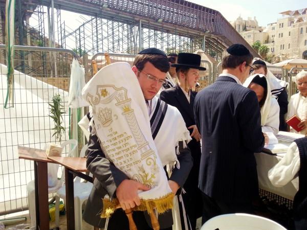 Carrying-Torah-scroll-Sukkot