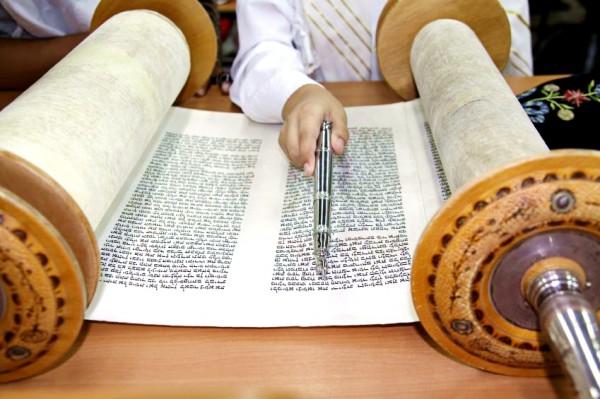 Reading Torah Yad