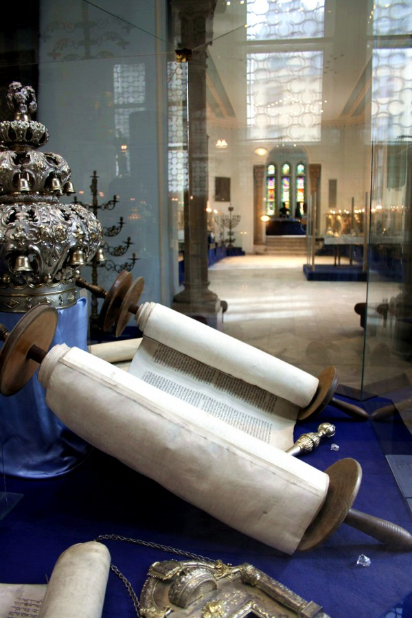 Torah scroll in Budapest (photo by ParisSharing)