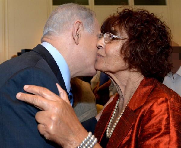 Israeli Prime Minister Benjamin Netanyahu greets Eli Cohen's widow, Nadia.