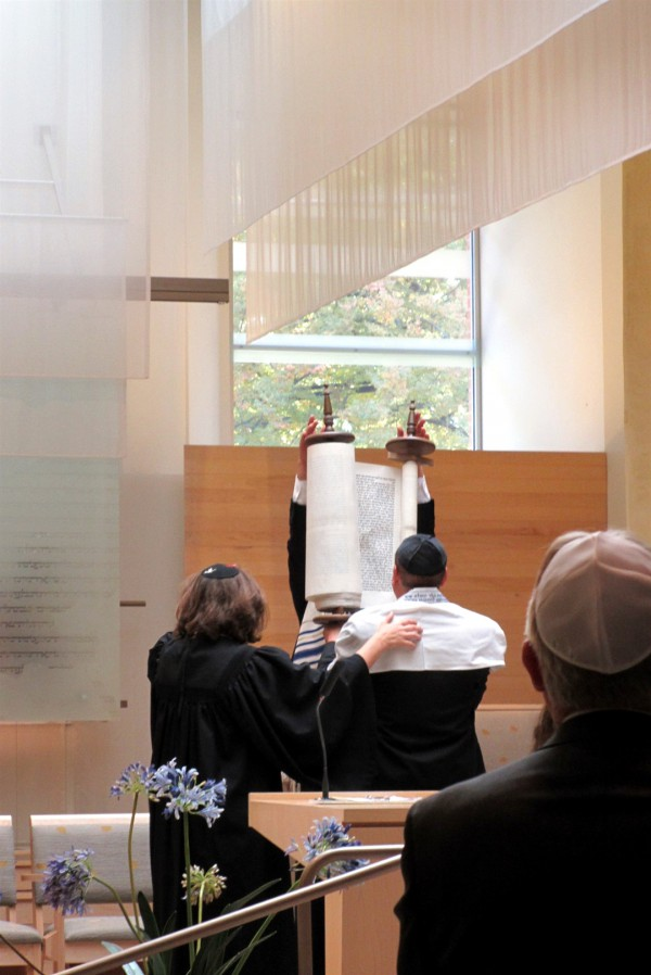 Rolling the Torah scroll during a Shabbat service (Photo by Noelle Gilles)