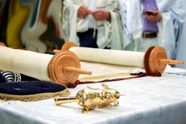 Sefer Torah-Bimah-Rimonim
