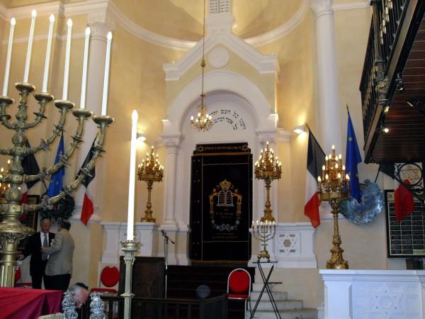 choir pit-Versailles-Synagogue-Lion of Judah-menorah-hanukkiah