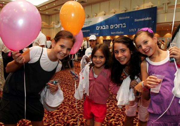 Aliyah-olim-immigrants-France-Israel-preteens-balloons