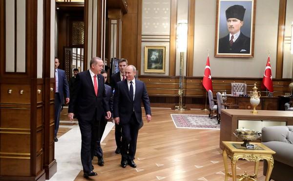 Turkish President Recep Tayyip Erdogan (left) welcomes Russian President Vladimir Putin (right) to Turkey in September 2017.