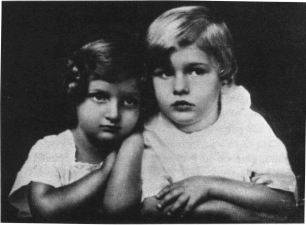 Hannah Szenes and her brother Giora, 1924