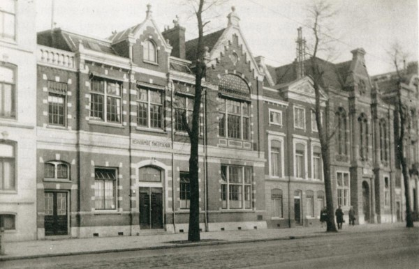 1925 photo of the Christian Kweekschool (left), which Johan van Hulst directed and the nursery to the right of the school, with the white window frames. (Joods Cultureel Kwartier, fair use)