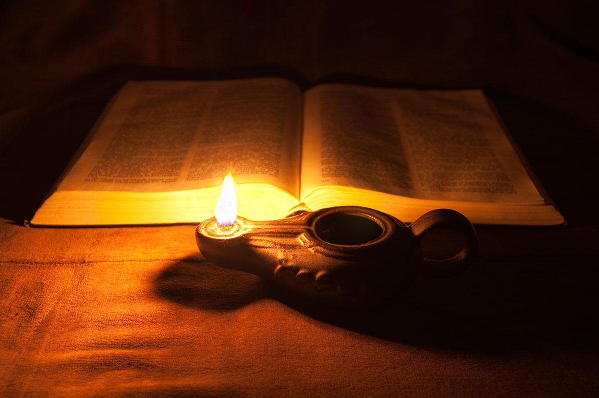1200_oil_lamp_Bible